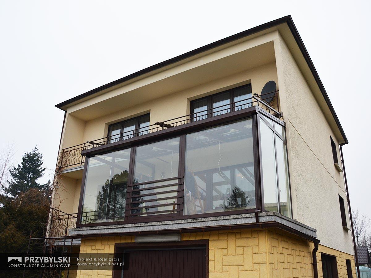 Szklana zabudowa balkonu